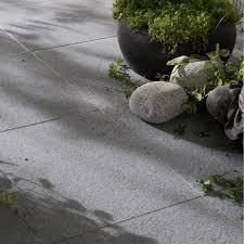 dallage exterieur en pierre naturelle dalle en granit pepperino gris nuancé l 50 x l 50 cm ep 20 mm