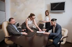 affaire bureau les employés de bureau faire l affaire de signer l accord sur le