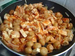 cuisiner tofu poele recette poêlée de tofu aux chignons et tomate cuisinez poêlée de