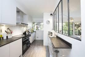 cuisine avec verriere cuisine en longueur avec verrière et bar intégré maison