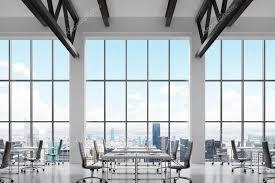bureau lumineux les lieux de travail modernes dans un intérieur moderne et lumineux