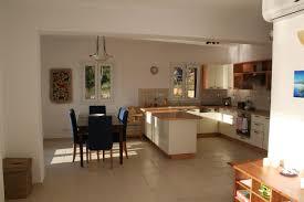Wohnzimmer Boden Offenes Konzept Küche Und Wohnzimmer Mit Schwarz Sofa Und Braunen