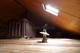antica soffitta lada antica in vecchia soffitta con il lucernario fotografia