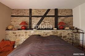 chambre avec mur en chambre en ardennes avec mur de et poutres apparentes photo
