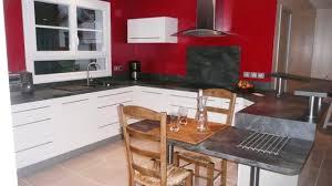 table de cuisine en stratifié une cuisine modernisée grâce à un ensemble de meubles sur mesure
