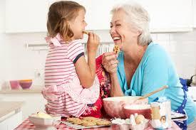 cuisine grand mere cuisson de grand mère et de fille dans la cuisine image stock