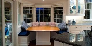 küche sitzecke weiße runde sitzecke küche mit blauen sitzkissen und esstisch holz