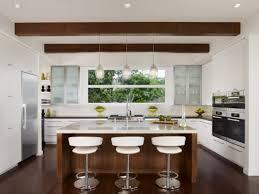 moderne landhauskche mit kochinsel wohnideen für die moderne küche weiß holz kochinsel dachbalken