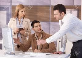 equipe bureau travail en jeunes collègues équipe au bureau ayant la discussion