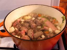 cuisiner un pot au feu pot au feu à la cocotte en fonte façon ferme de villars jean luc