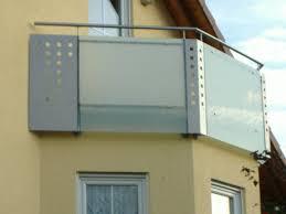 edelstahl balkon mit glas balkongeländer mit glas lochblechkombination hermann götz