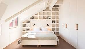 schlafzimmer mit dachschrge schlafzimmer dachschräge kleiner raum weiß regalwand