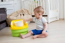 pot de chambre b 10 mois de bébé garçon apprenant comment utiliser le pot de chambre