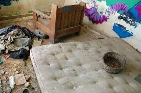 casa materasso materasso sporco in casa abbandonata fotografia stock immagine