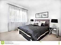 Schlafzimmer Spiegel Modernes Schlafzimmer Mit Schwarzer Dekoration Und Spiegel Neben