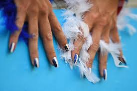 miley cyrus doing a nail detox by ditching her polish u2014 here u0027s a