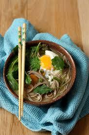apprendre à cuisiner japonais bouillon de nouilles soba au miso pousses de kale et oeuf