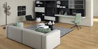 étagère derrière canapé intégrer une télévision à la décoration d un salon nos solutions