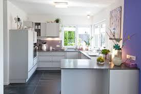 arbeitsplatte k che g nstig funktionale klassik küche in weiß mit naturstein arbeitsplatte und