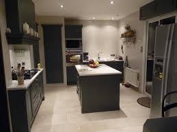 cuisine gris foncé cuisine cottage rainurée gris anthracite avec technostone diamant
