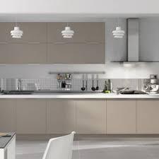 meuble cuisine couleur taupe armoires gris taupe avec comptoir plus pâle j aime beaucoup l idée
