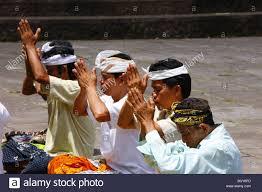 praying salesmen pura pasaran agung at the volcano mount agung