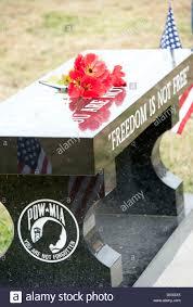 war memorial bench with poppy flowers on veteran u0027s day stock photo