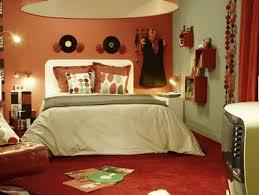 couleur chaude pour une chambre chambre ambiance seventies peinture mur orange linge de lit