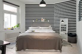 deco de chambre noir et blanc une chambre avec un papier peint noir et blanc à rayures