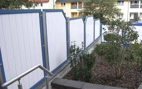 sichtschutzwand weiß mit blauen rahmen