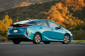 2017 toyota prius prime eight things to know motor trend canada
