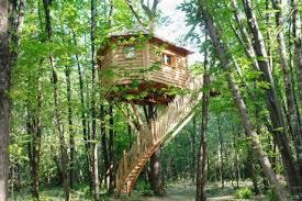 chambre dans les arbres une des cabanes des folies de perchée dans les arbres