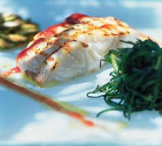 cuisiner le merou recette mérou grillé et vinaigrette de tomate cuisine madame figaro