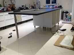 pied de meuble cuisine montage meuble de cuisine amazing pose meuble haut cuisine pour