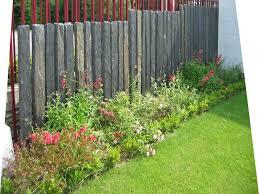 par vue de jardin les piquets d ardoise sont utilisés en palissade brise vue allée