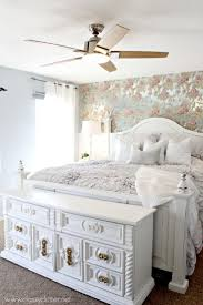 Shabby Chic Beds by Best 25 Chic Master Bedroom Ideas On Pinterest White Bedspreads