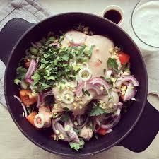 cuisiner un poulet entier poulet entier en cocotte au lait de coco bowl spoon