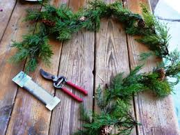 how to make a wreath from fence pieces and garland diy