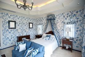chambre peinte en bleu chambre à coucher avec le papier peint bleu de fleur photo stock