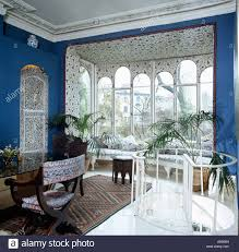 blue eighties diningroom with bay window and contrasting wallpaper