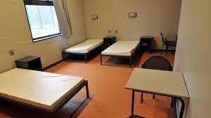 chambre jeune homme design deux saccages au centre de rétention le conduisent au tribunal