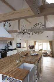 grande cuisine avec ilot central la même déco une cuisine cagne chic avec un grand îlot central