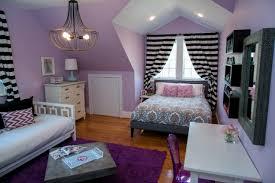 jugendzimmer für mädchen jugendzimmer mädchen dachschräge lila weiß schwarz holzboden