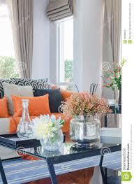 Wohnzimmer Orange Orange Kissen Und Decke Auf Modernem Sofa Im Wohnzimmer Stockbild