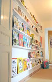 etagere pour chambre enfant un mur de livres la bibliothèque des enfants ritalechat