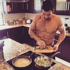 homme nu cuisine hotdudes 15 mecs qui font la cuisine les éclaireuses
