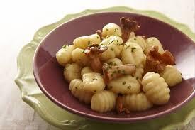 cuisiner les gnocchis recette de gnocchi aux girolles facile et rapide