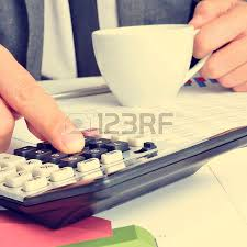 calculatrice graphique bureau en gros gros plan d un homme d affaires la vérification des comptes