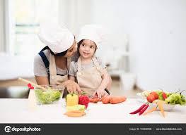 maman cuisine fille et sa maman cuisine salade photographie