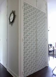 customiser une porte de chambre papier peint décorer des portes de placard portes de placard